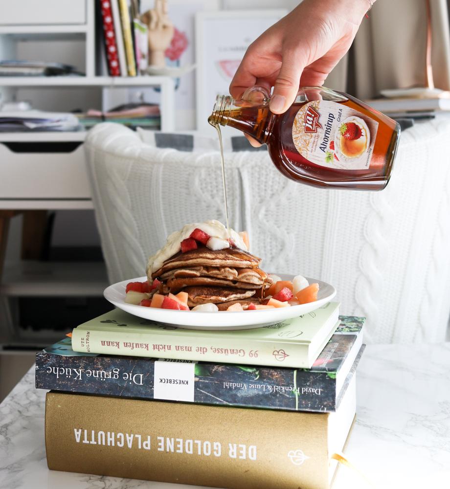 Pancakes mit Orangenmousse und Obst