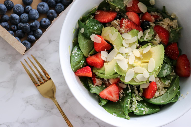 Spinatsalat mit Beeren, Quinoa und Mandeln