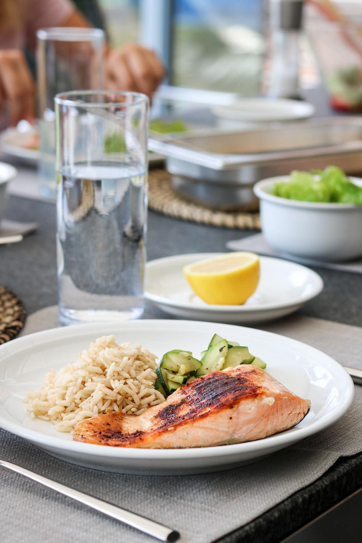 Lunch: Lachs mit Naturreis und Zucchinigemüse