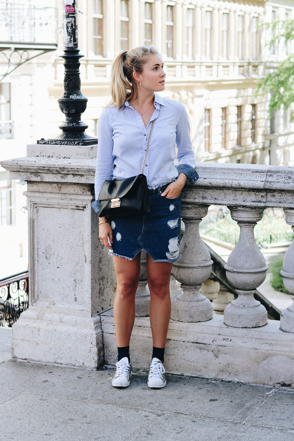 Fashion Outfit Jeansrock & Button-Up Shirt & Lederjacke auf Bits and Bobs by Eva