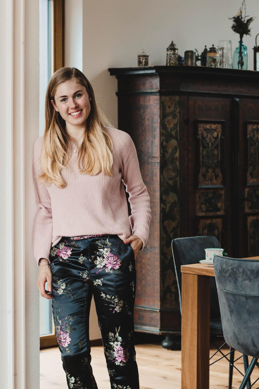 BLOG YOUR STYLE: Blumenprint auf dem österreichischen Lifestyle Blog Bits and Bobs by Eva. Mehr Fashion & Outfits auf www.bitsandbobsbyeva.com