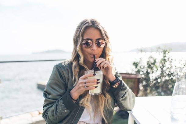 5 Favoriten für den Sommer | smells like summer auf dem österreichischen Lifestyle Blog Bits and Bobs by Eva. Mehr Fashion Tipps und Sommer Trends auf www.bitsandbobsbyeva.com. Off-Shoulder-Kleid, Bast-Schultertasche, Pantoletten, Boho Ohrringe, Puderrosa Sonnenbrille