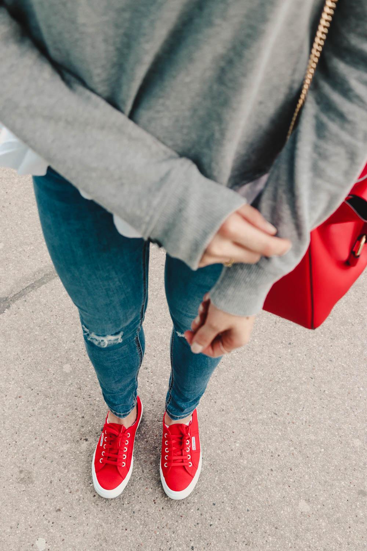 Outfit: Find Your Fire auf dem österreichischen Lifestyle Blog Bits and Bobs by Eva. Mehr Fashion und Looks auf www.bitsandbobsbyeva.com. Details: Superdry Pullover, Superdry Jeans, Zara Tasche, Celine Sonnenbrille