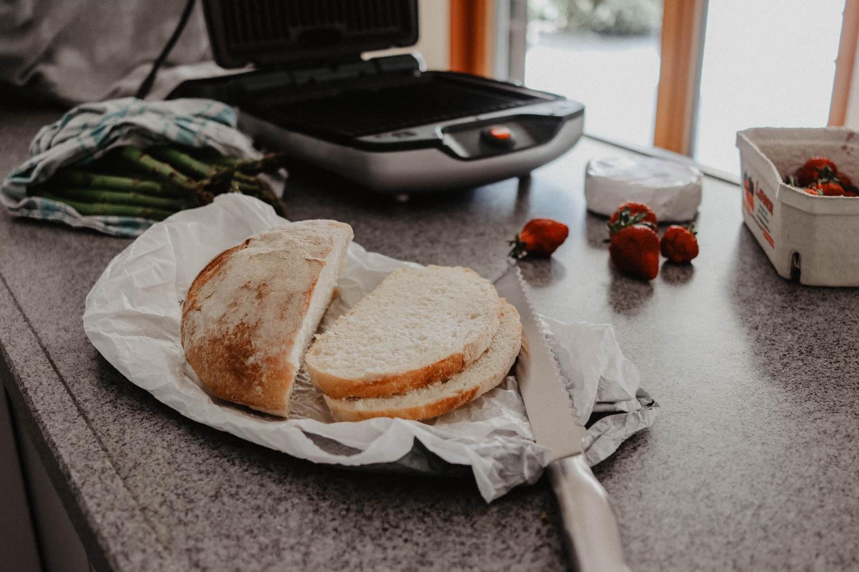 Sandwich mit Erdbeeren, Camembert & Spargel auf dem österreichischen Lifestyle Blog Bits and Bobs by Eva. Mehr Rezepte auf www.bitsandbobsbyeva.com