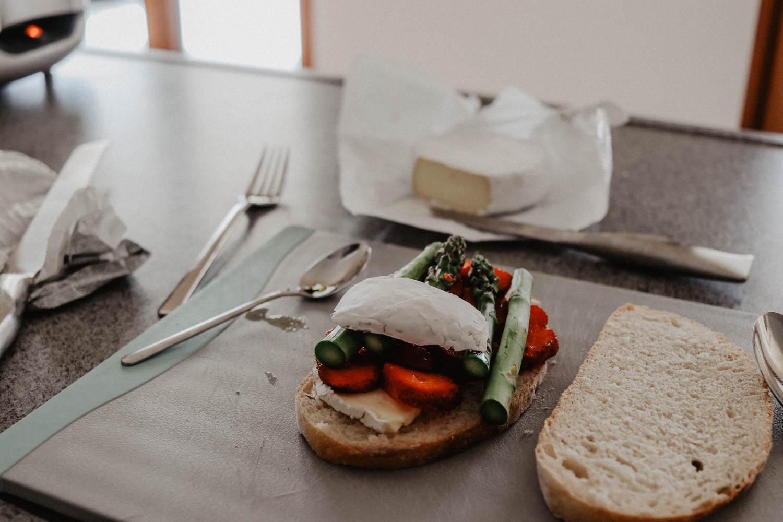 Sandwich mit Erdbeeren, Camembert & Spargel