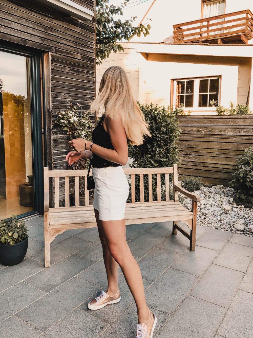 Outfit: Off-white Shorts & Spitzenoberteil auf dem österreichischen Lifestyle Blog Bits and Bobs by Eva. Mehr Fashion, Outfits & sommerliche Looks auf www.bitsandbobsbyeva.com