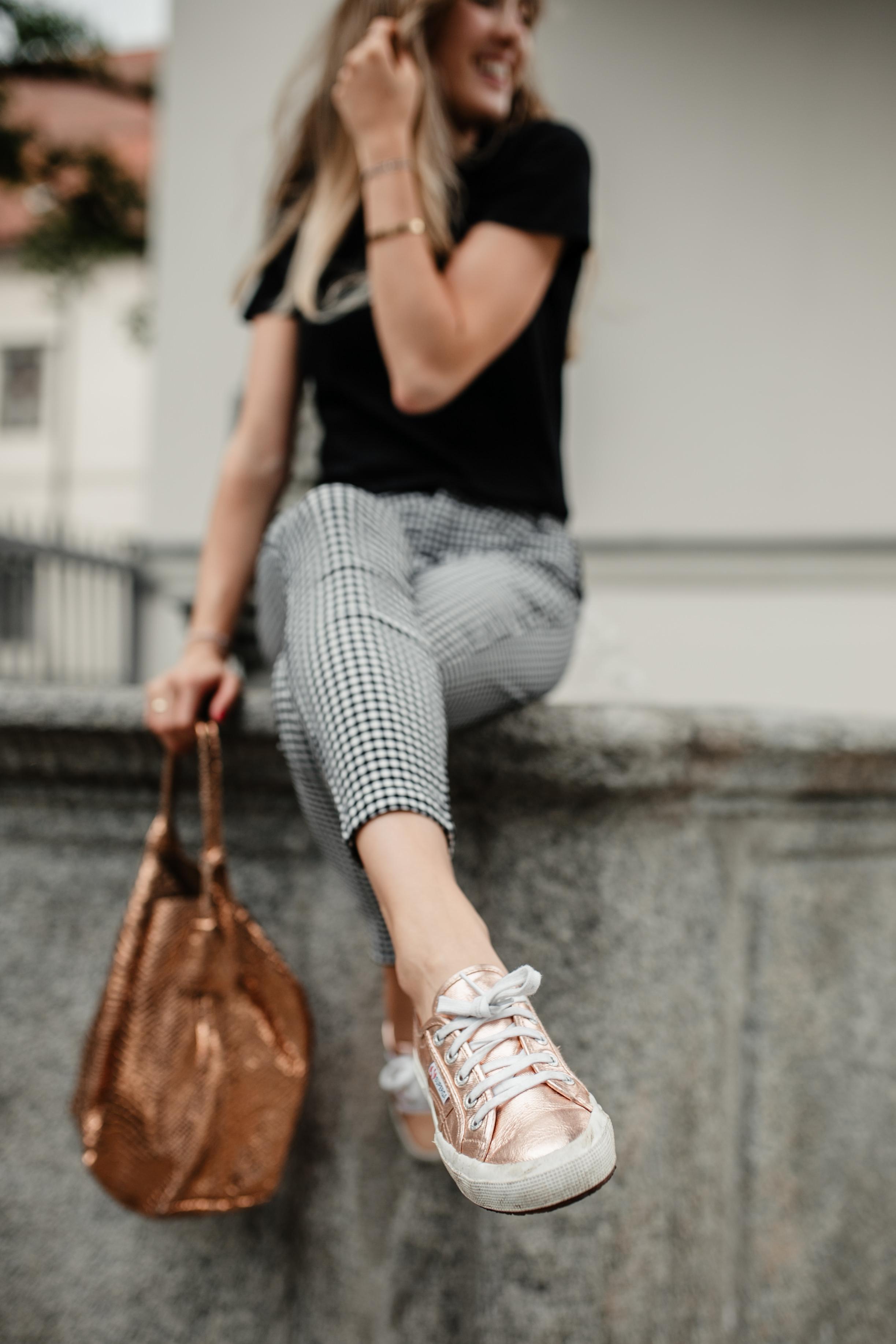 Outfit: Karo Hose & Babe Shirt auf dem österreichischen Lifestyle Blog Bits and Bobs by Eva. Mehr Fashion auf www.bitsandbobsbyeva.com