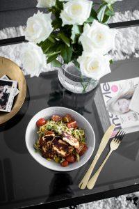Grüne Zucchini Pasta mit Halloumi auf dem österreichischen Lifestyle Blog Bits and Bobs by Eva. Mehr 15 Minuten Rezepte auf www.bitsandbobsbyeva.com