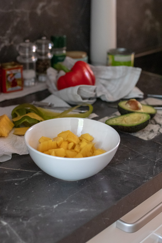 Lachs mit Avocado-Mango-Paprika Salsa und Reis auf dem österreichischen Lifestyle Blog Bits and Bobs by Eva. Mehr Rezepte auf www.bitsandbobsbyeva.com