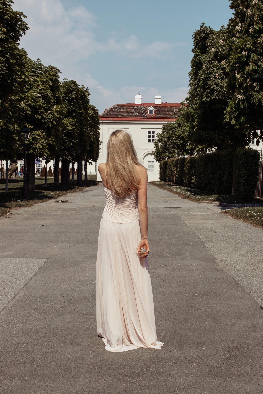 Outfit: Traumkleid von Erika Suess auf dem österreichischen Lifestyle Blog Bits and Bobs by Eva. Mehr Fashion auf www.bitsandbobsbyeva.com