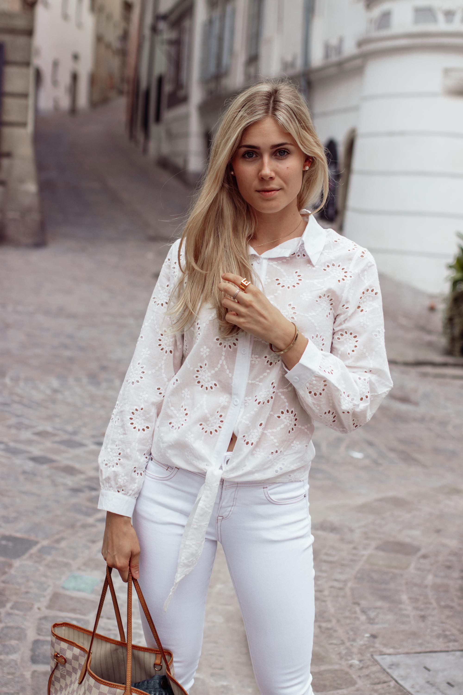 Outfit: All White Everything auf dem österreichsichen Lifestyle Blog Bits and Bobs by Eva. Mehr Fashion Looks und Mode auf www.bitsandbobsbyeva.com