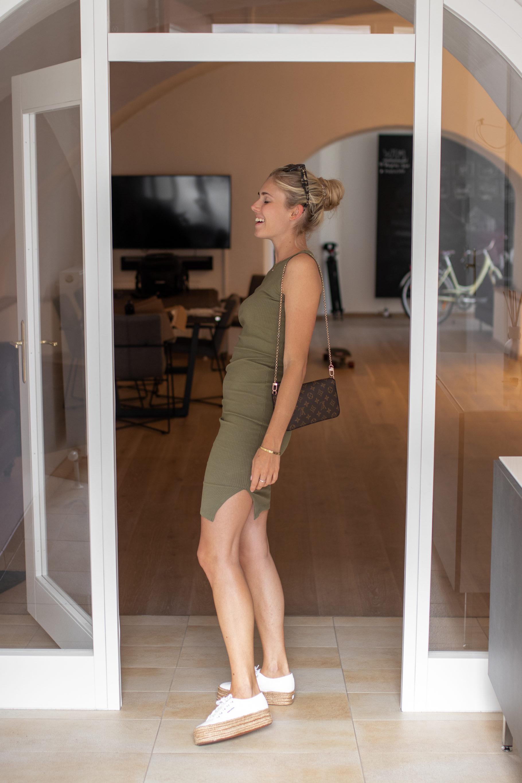 Outfit: Geripptes Jersey Kleid auf dem österreichischen Lifestyle Blog Bits and Bobs by Eva. Mehr Fashion auf www.bitsandbobsbyeva.com