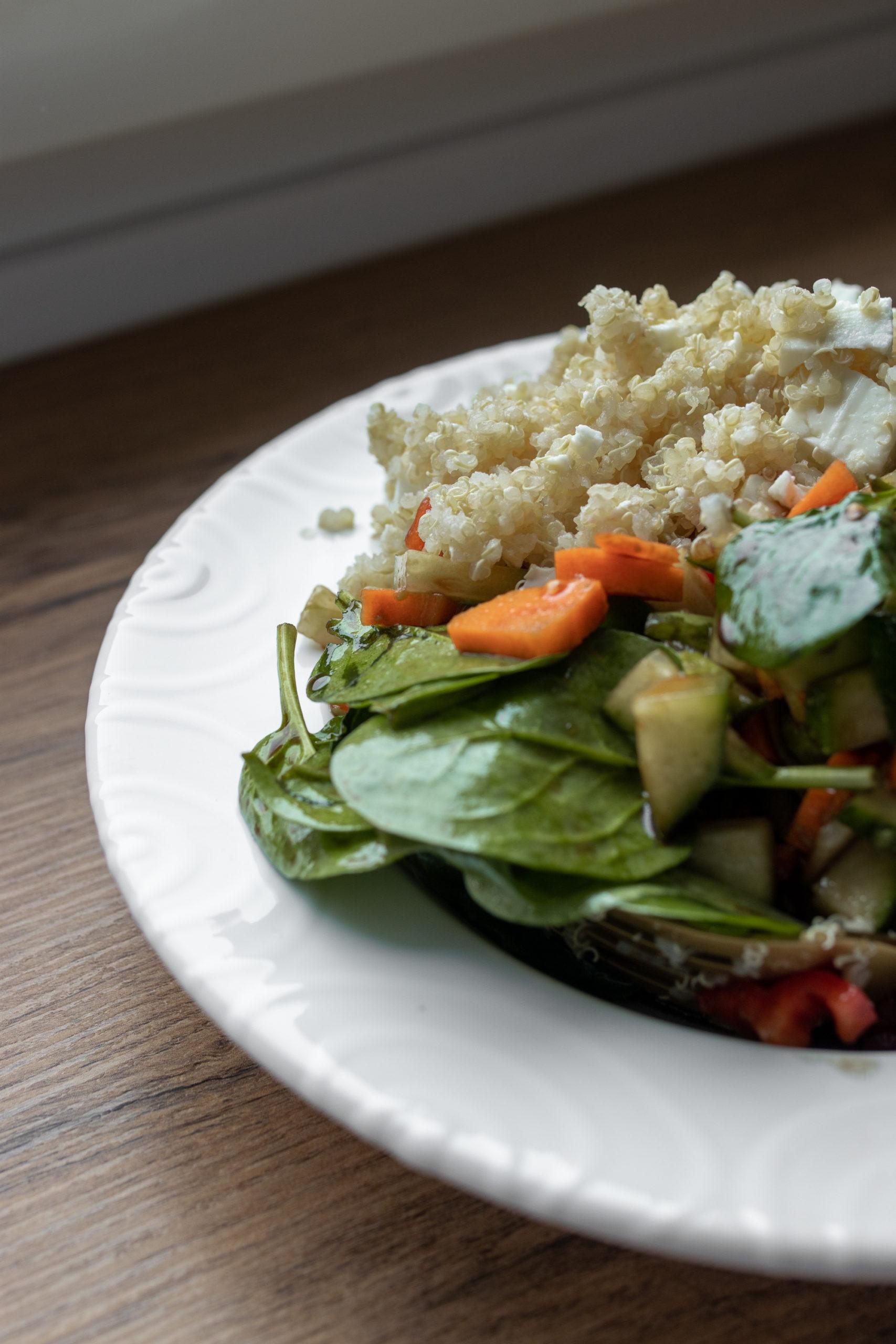 Lauwarmer Quinoa Salat mit Feta auf dem österreichischen Lifestyle Blog Bits and Bobs by Eva. Mehr Rezepte auf www.bitsandbobsbyeva.com