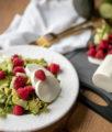 Rucola Salat mit Himbeeren, Schafskäse und Avocado auf dem österreichischen Lifestyle Blog Bits and Bobs by Eva. Mehr auf www.bitsandbobsbyeva.com