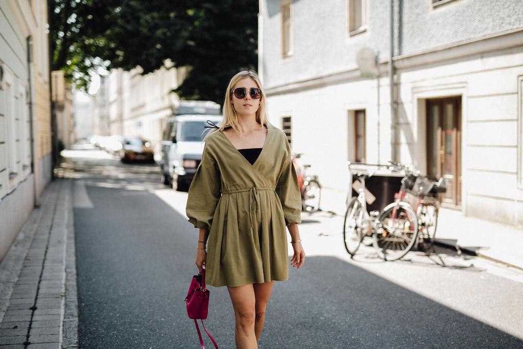 Outfit: Khaki Wickelkleid mit Ballonärmeln auf dem österreichischen Lifestyle Blog Bits and Bobs by Eva. Mehr auf www.bitsandbobsbyeva.com