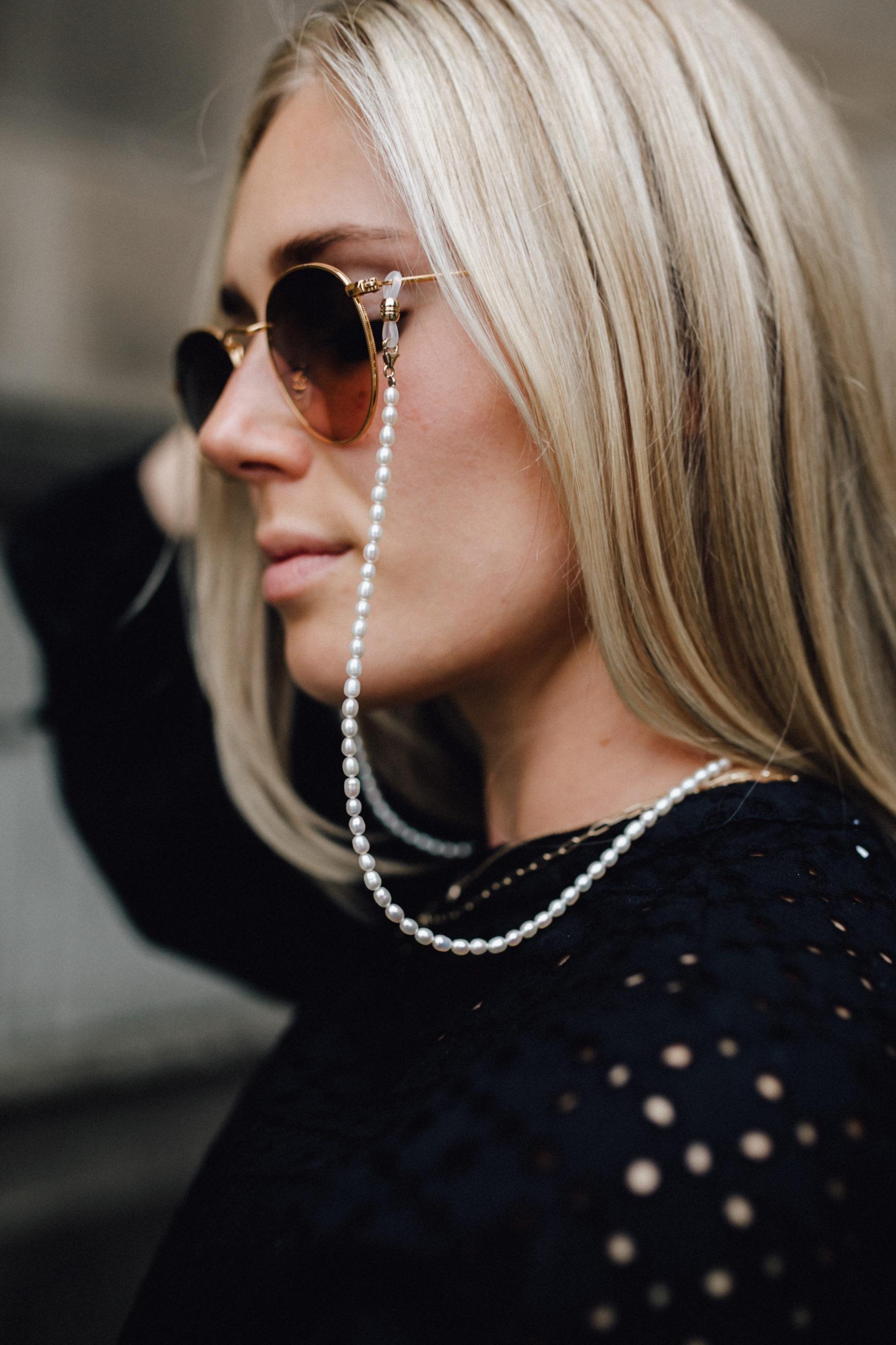 Brillenkette Perlen Bruna, BRUNA Brillenkette, Outfit: Lady in Black auf dem österreichischen Lifestyle Blog Bits and Bobs by Eva. Mehr Fashion auf www.bitsandbobsbyeva.com